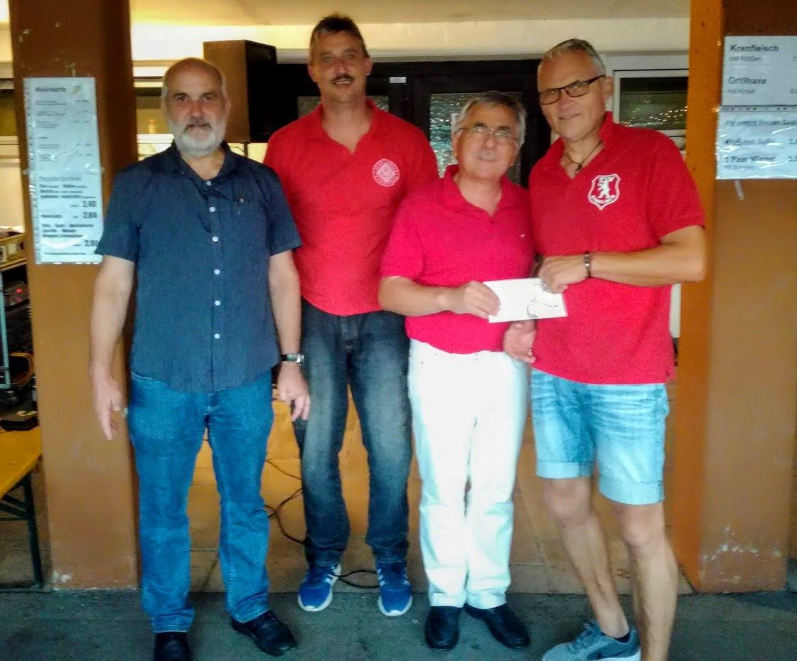 vl: SVR Vorstand Roland Dames, SVR-AH Leiter Marcus Dörfler, Pokalspender Werner Fuchs, AH-Leiter Bindlach Bernd Romanus